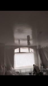 Plafond gespoten met latex.